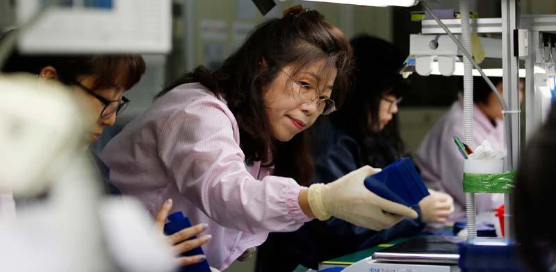 עובדת ביפן/  צילום:  רויטרס, Kim Hong-Ji
