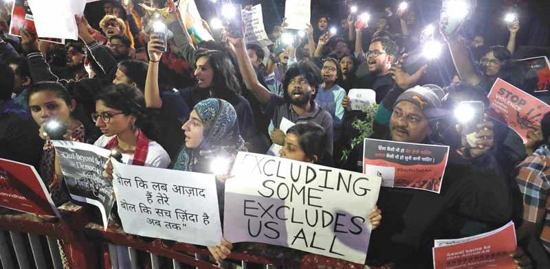 מפגינים בעיר אחמדאבאד במדינת גוג'אראט בהודו. מוחים נגד השינוי בחוק שפוגע במוסלמים / צילום: רויטרס, AMIT DAVE