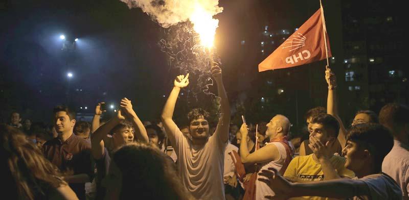 חגיגת הניצחון של מפלגת העם הרפובליקאית באיסטנבול / צילום: רויטרס, HUSEYIN ALDEMIR
