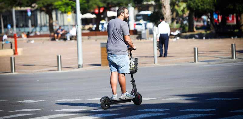 קורקינט על כביש ראשי בתל אביב / צילום:  שלומי יוסף