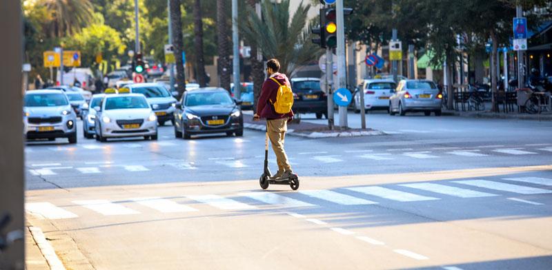 רוכב על קורקינט חשמלי בתל אביב / צילום: שלומי יוסף