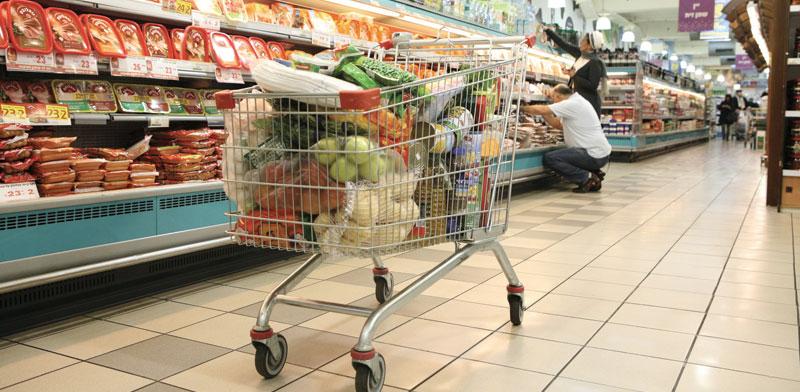 עגלת קניות. ברשתות המזון מרוויחים בינתיים ממשבר הקורונה / צילום: עינת לברון