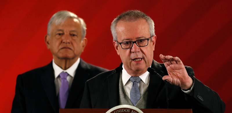 קרלוס אורזואה והנשיא אנדרס מנואל לופז אוברדור / צילום: רויטרס, Henry Romero