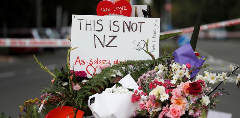 פרחים ושלט בסמוך לאחד המסגדים שהותקפו בכרייסטצ'רץ' / צילום:  רויטרס, Jorge Silva