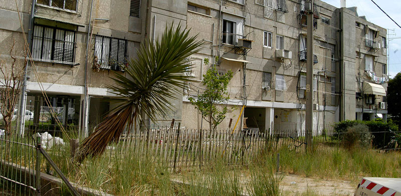 בניין באור יהודה שבו יש דירות דיור ציבורי / צילום: תמר מצפי