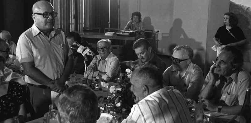 """גרשום שוקן במפגש של עורכי עיתונים שבו השתתפו גם שמעון פרס ועזר ויצמן/ צילום: Sa'ar Ya'acov, לע""""מ"""