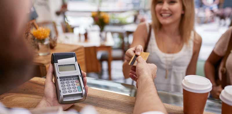 """שימוש בכרטיסי אשראי בחו""""ל / צילום: Shutterstock, א.ס.א.פ קריאייטיב"""