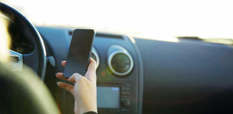 שימוש בטלפון הנייד בזמן הנהיגה / צילום:  Shutterstock, א.ס.א.פ קריאייטיב