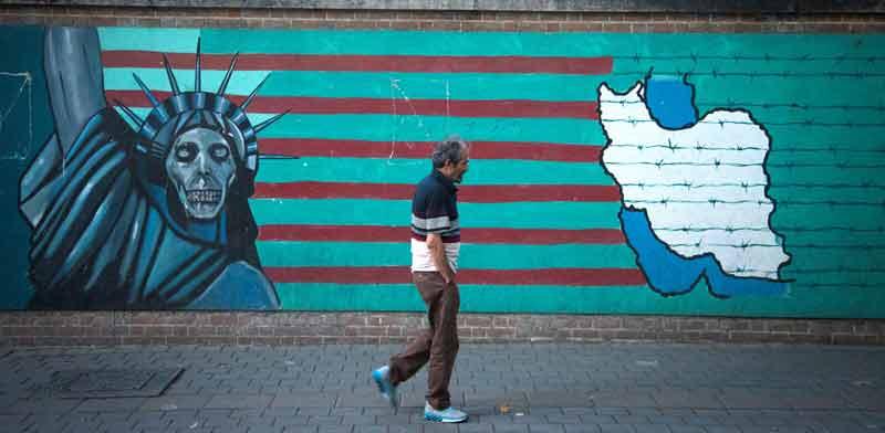 """ציור קיר אנטי־ארה""""ב ברחוב בטהרן / צילום: רויטרס"""