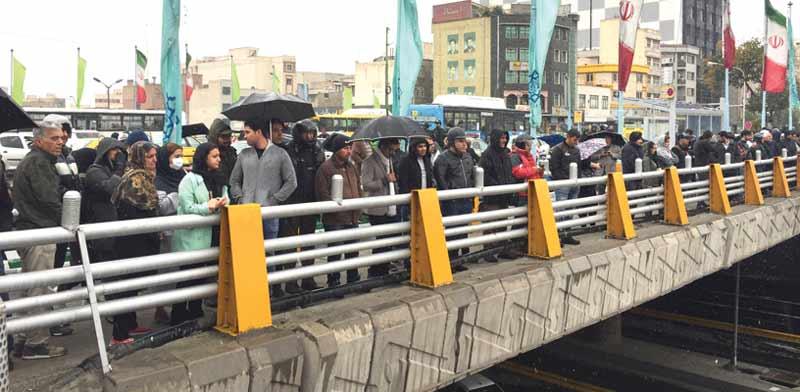 מפגינים בטהרן על העלאת מחירי הדלק / צילום: רויטרס