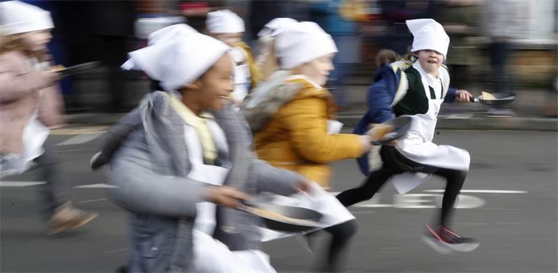 מירוץ הפנקייק בעיר אולני שבאנגליה / צילום: אלסטיר גרנט, AP