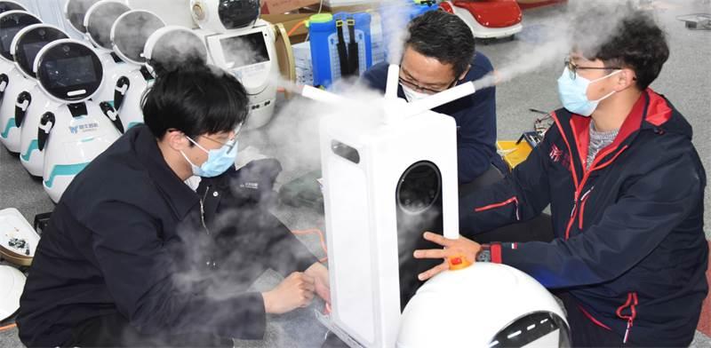תושבי קינגדאו בסין משתמשים ברובוט חיטוי / צילום: Li Ziheng/Xinhu, AP