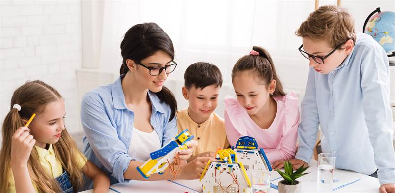 מורה עם קבוצת ילדים / צילום: שאטרסטוק