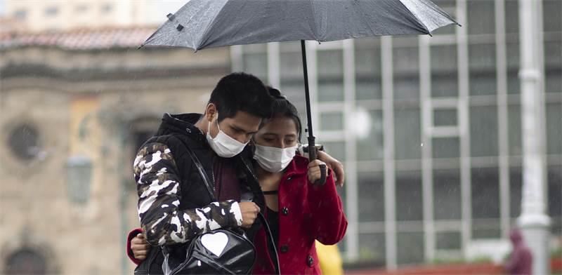 זוג עם מסכות בבוליביה / צילום: Juan Karita, AP