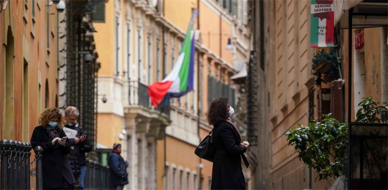 אנשים שומרים על מרחק זה מזה ברומא, איטליה / צילום: Andrew Medichini, AP