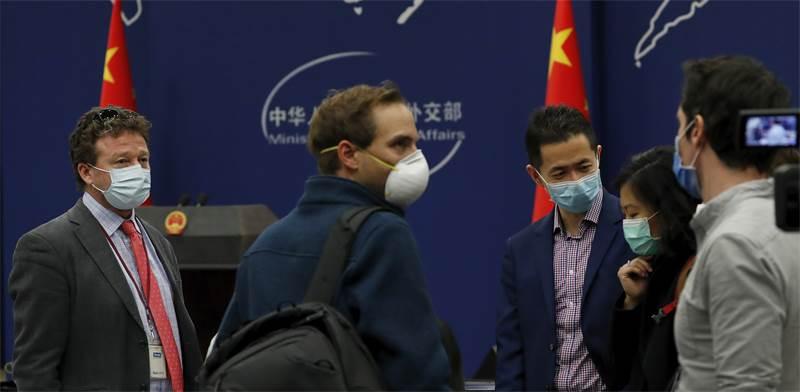 """כתב """"הניו יורק טיימס"""", סטיבן לי מאיירס (משמאל), שאמור להיות מגורש מסין, השבוע במסע""""ת בבייג'ינג / צילום: Andy Wong, AP"""