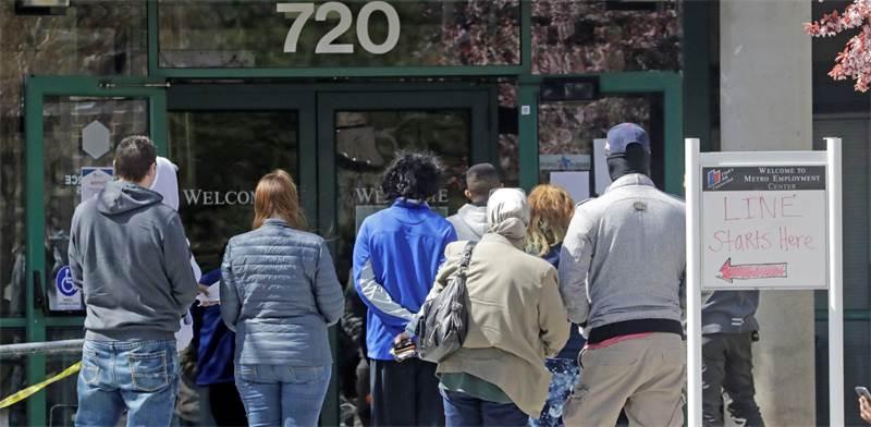 """אנשים עומדים בתור מחוץ לשירות התעסוקה ביוטה, ארה""""ב / צילום: Rick Bowmer, AP"""