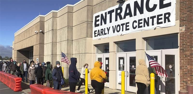 אנשים עומדים בתור להצבעה המוקדמת בבחירות בבאוהיו / צילום: Andrew Welsh-Huggins, AP