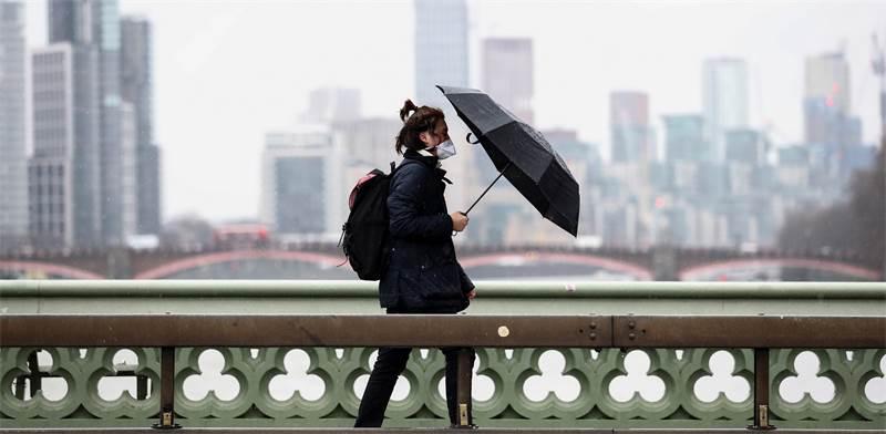 אדם עם מסכה בבריטניה / צילום: Simon Dawson, רויטרס