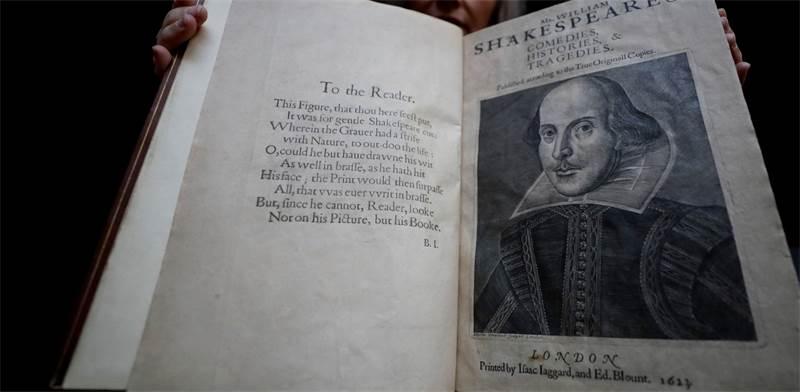 ספר המחזות הראשון של שייקספיר שמכיל 36 ממחזותיו / צילום: Kirsty Wigglesworth, AP