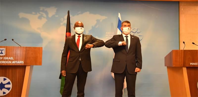 """שר החוץ גבי אשכנזי ושר החוץ של מלאווי אייזנהאור מקאקא / צילום: אבי חיון, לע""""מ"""