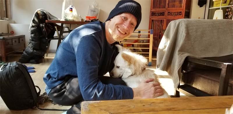 איליה צ'רמניך עם הכלב באיג'יו בימי הבידוד בבייג'ינג / צילום: איליה צ'רמניך
