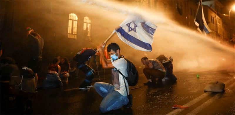 המשטרה מתיזה מים על מפגינים ליד בית ראש הממשלה בבלפור בירושלים  / צילום: Oded Balilty, AP