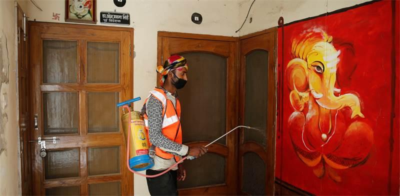 חיטוי נגד קורונה בהודו / צילום: Rajesh Kumar Singh, AP