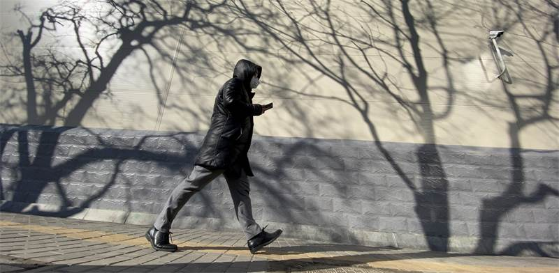 תושב הולך בבייג'ינג'. שיפור איכות האוויר / צילום: NG Han Guan, AP