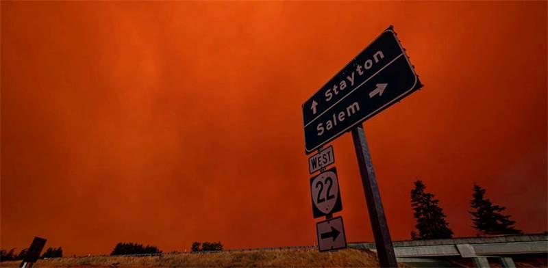 """שמים אדומים בשל השריפות בעיר סיילם, בארה""""ב / צילום: ZAK STONE, רויטרס"""