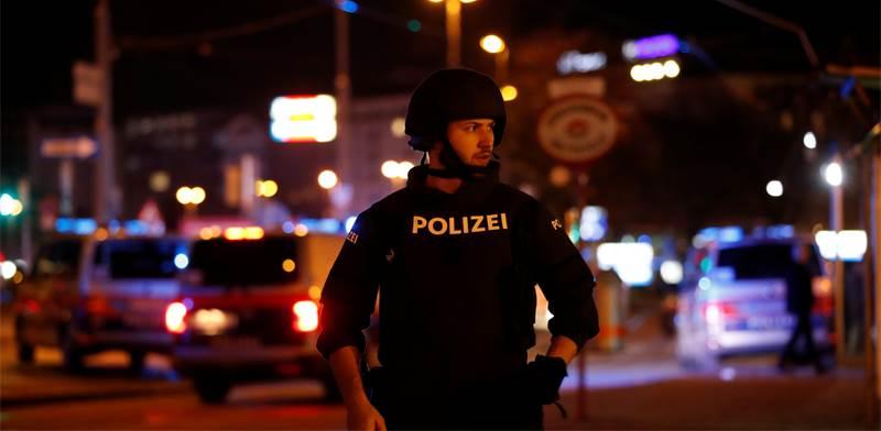 שוטר ליד אזור הפיגוע בווינה / צילום: Leonhard Foeger, רויטרס