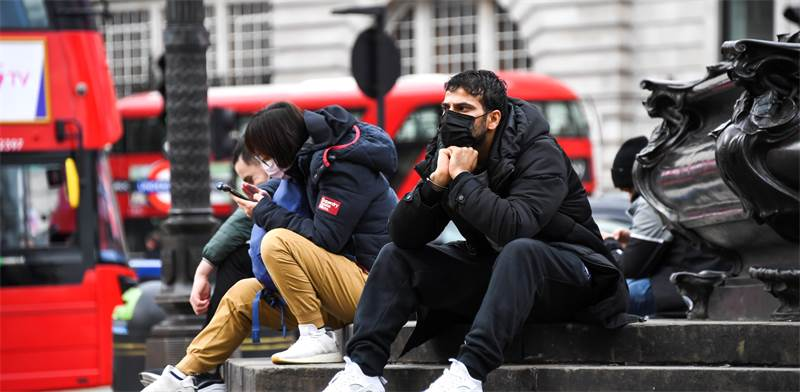 אנשים עם מסכות ברחובות לונדון, בריטניה / צילום: Alberto Pezzali, AP