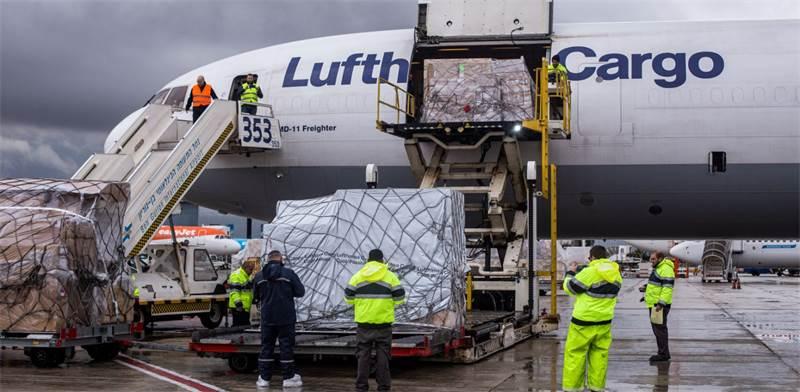 """המטוס לאחר הנחיתה עם משלוח קנאביס רפואי בנתב""""ג / צילום: דרופ פרודוקשיין – ירדן ריימונד ודרור נוי"""