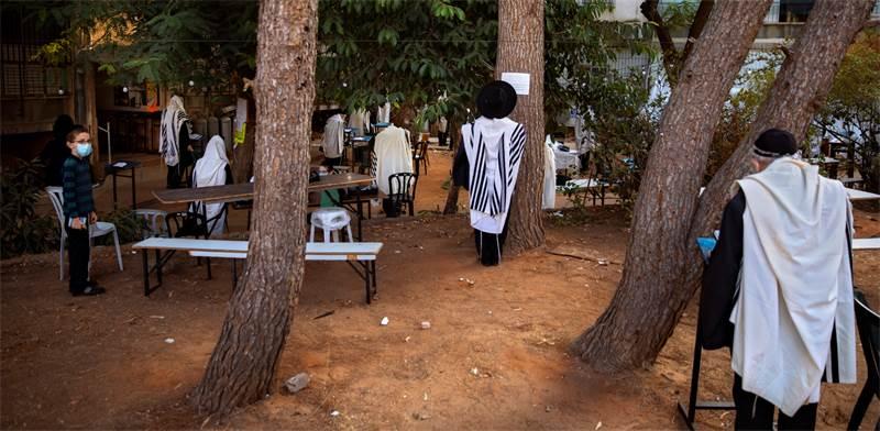 מתפללים מחוץ לבית כנסת בבני ברק / צילום: Oded Balilty, AP