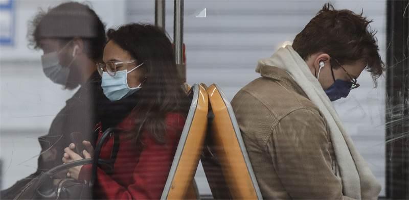 נוסעים בתחבורה ציבורית באיטליה עוטים מסכות. אוכלוסיות חלשות נפגעו במיוחד צילום: AP Luca Bruno