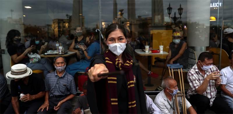 מפגינה פרו-דמוקרטית לבושה כדמות מהארי פוטר במחאה בתאילנד  / צילום: Athit Perawongmetha, רויטרס