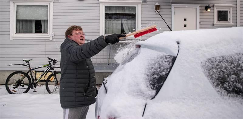מסירים שלג מהרכבים בנורבגיה / צילום: Maxim Shemetov, רויטרס