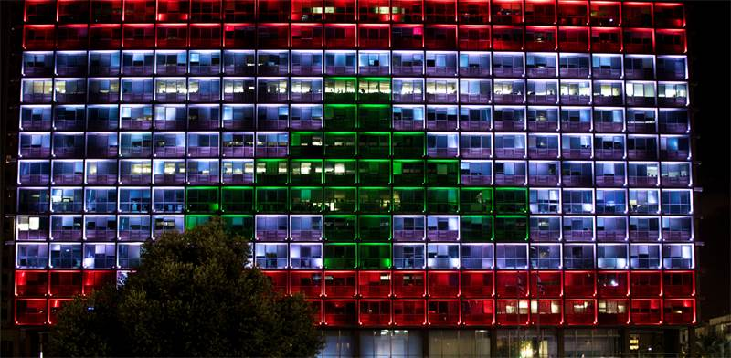 בניין עיריית תל אביב מואר בצבעי דגל לבנון / צילום: NIR ELIAS, רויטרס