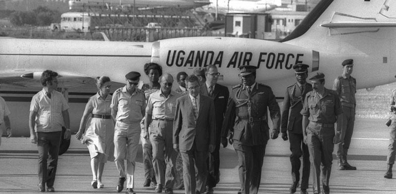 """יולי 1971, אידי אמין בנמל התעופה לוד. מימינו אבא אבן ומשה דיין / צילום: פריץ כהן - לע""""מ"""