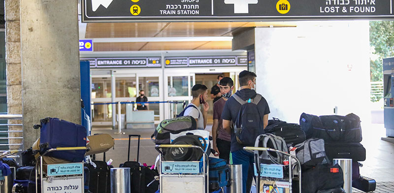 """נוסעים בנתב""""ג שהספיקו לרכוש כרטיסי טיסה לפני האיסור על טיסות / צילום: שלומי יוסף, גלובס"""