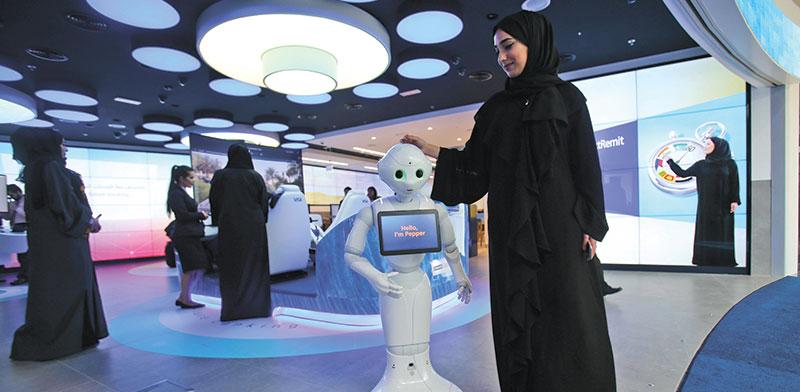 אישה עם עבאייה שחורה בכנס בדובאי. באמירויות נשים יושבות בתפקידי מפתח בתעשייה, באקדמיה ובממשל / צילום: Kamran Jebreili, Associated Press