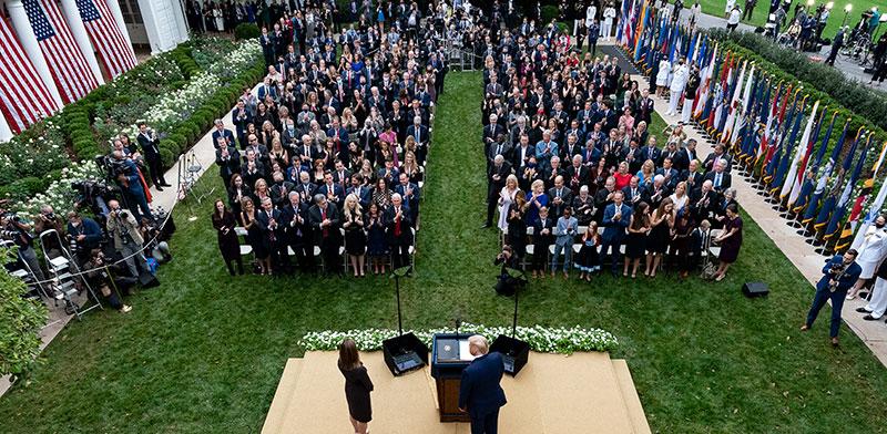 אירוע הכרזת איימי קוני בארט כמועמדת לעליון בשבת לפני שבוע. קוני בארט והנשיא טראמפ עומדים מול קהל צפוף / צילום: Alex Brandon, Associated Press