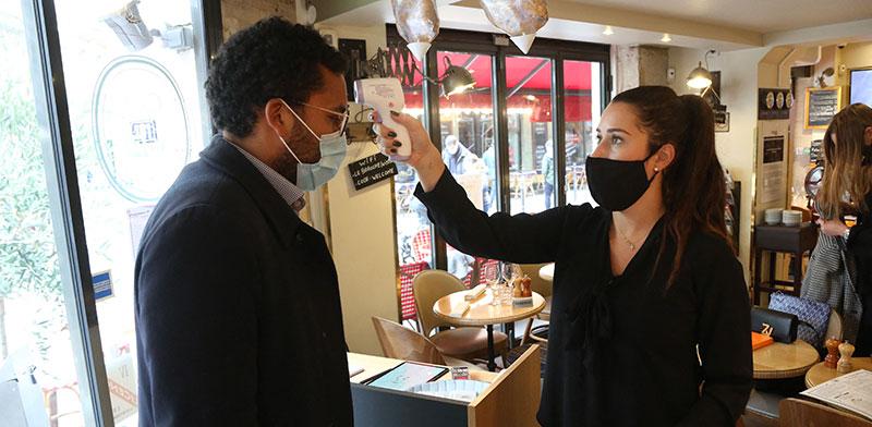 """בית קפה בפריז. הציבור """"התעייף"""", התחלואה עלתה, וההגבלות חזרו / צילום: Abaca Press, רויטרס"""