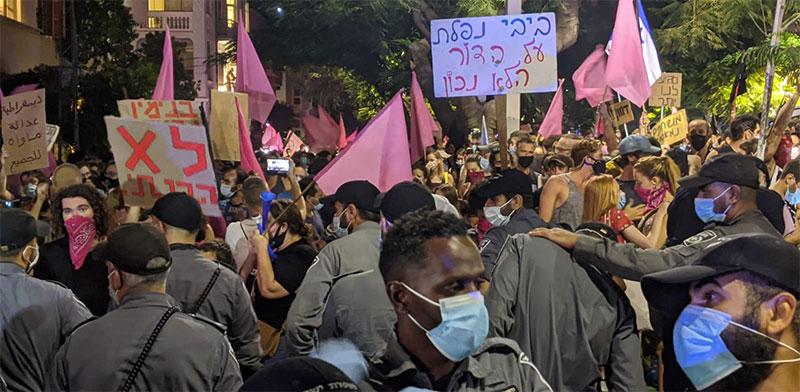 הפגנה נגד הממשלה והחלטותיה בכיכר הבימה, תל אביב / צילום: רון טוביה, גלובס