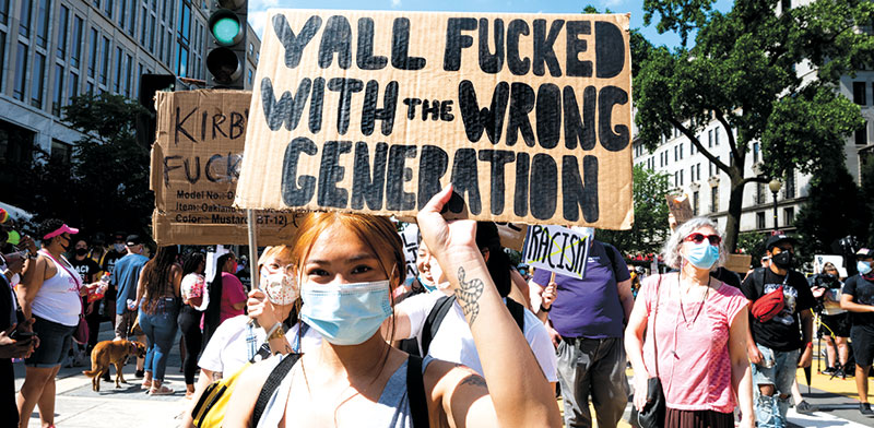 """מפגינה בוושינגטון מניפה שלט שעליו כתוב: """"התעסקתם עם הדור הלא נכון"""" / צילום: Michael Brochstein/Sipa USA, רויטרס"""