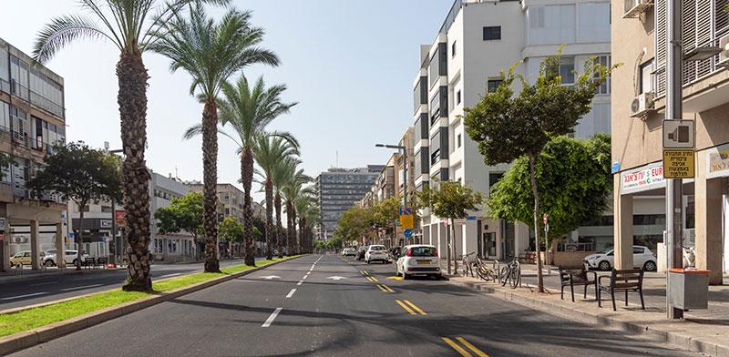 רח' אבן גבירול בתל אביב ריק בעקבות הסגר השני. הירידה במשרות הפנויות החלה בעקבות הסגר הראשון / צילום: shutterstock, שאטרסטוק