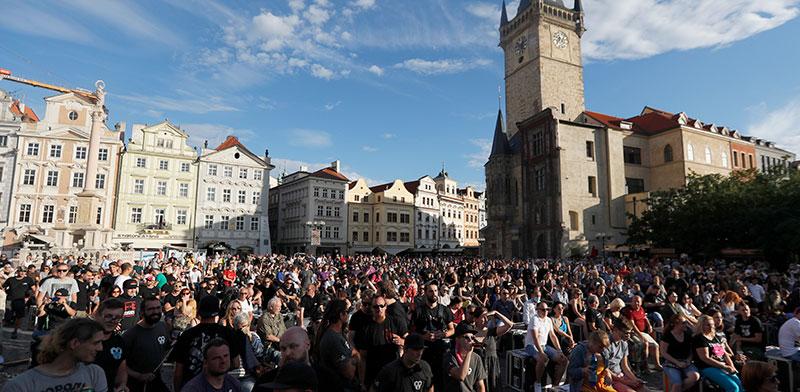 אלפי אנשים מפגינים נגד סגר בכיכר המרכזית של העיר העתיקה בפראג / צילום: Petr David Josek, Associated Press