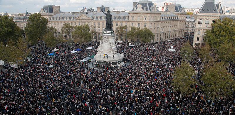 אלפים בכיכר הרפובליקה בפאריס ביום ראשון כמחאה על רצח המורה לאזרחות / צילום: Michel Euler, Associated Press