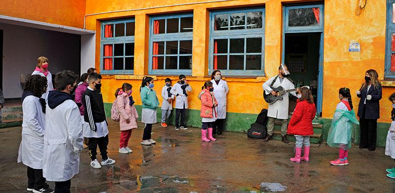 שיעור בחוץ בבית ספר באורוגוואי. אחרי בדיקות לכל המורים, פתחו את כל בתי הספר / צילום: Walter Paciello, רויטרס