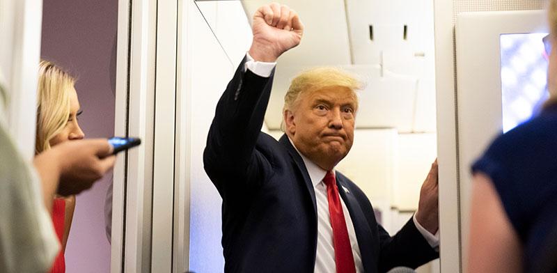דונלד טראמפ במטוס אייר פורס 1, השבוע / צילום: Alex Brandon, Associated Press